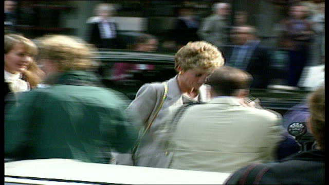 OPENENDER SPECIAL 2103 2217 PART 1 LIB **** DO Diana along weaving her way thru press photographers looking uncomfortable
