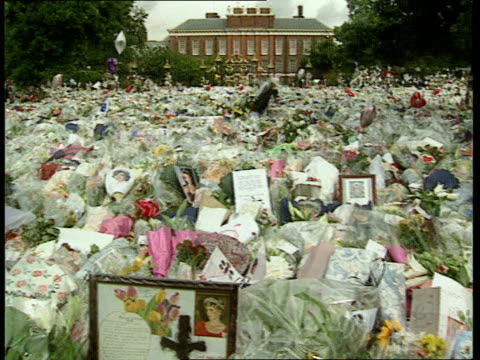 Diana criticised in book LIB Kensington Palace Ext Sea of flowers outside palace PAN RL