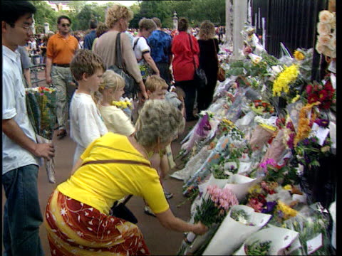 queen denies pressure lib people putting flowers down at palace gates - begräbnis stock-videos und b-roll-filmmaterial