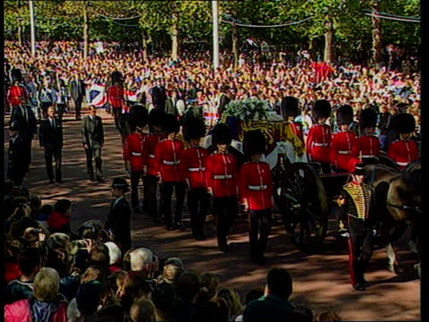 vidéos et rushes de diana funeral queen denies pressure westminster abbey procession along chief mourners walk behind coffin - funérailles