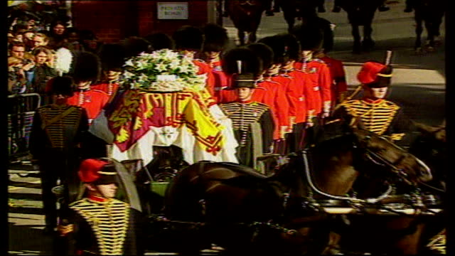 stockvideo's en b-roll-footage met 10th anniversary of death did britain change tx princess diana's flagdraped coffin along on gun carriage at her funeral mourners crying - dood begrippen