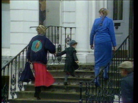 diana princess of wales collection 132767 london notting hill diana arriving with prince william for his first day at chepstow villas nursery school - 1985 bildbanksvideor och videomaterial från bakom kulisserna