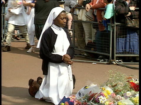 part 3 tx france paris people laying flowers on pavement women crying buckingham palace young girl laying flowers and praying people standing in... - kensington palace video stock e b–roll