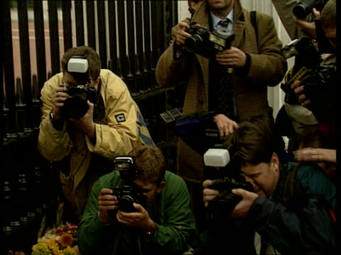 vídeos de stock e filmes b-roll de diana, princess of wales collection: part 3; tx 31.8.1997 buckingham palace: woman outside palace; candle burning amidst flowers; man adding flowers... - país de gales