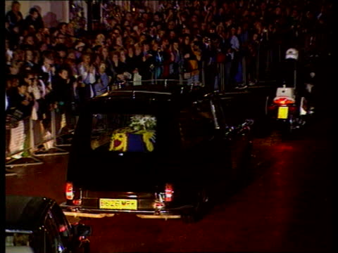 stockvideo's en b-roll-footage met part 3 tx england london kensington palace photography** hearse along past crowds of mourners lining street as transporting coffin of princess diana... - doodskist