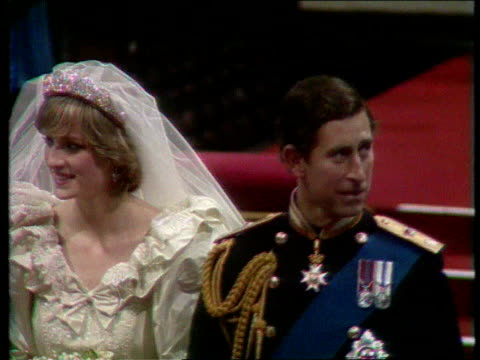 part 5 111245 wedding of charles and diana england london st paul's cathedral diana walking along aisle before service top view of prince charles and... - prinz von wales stock-videos und b-roll-filmmaterial