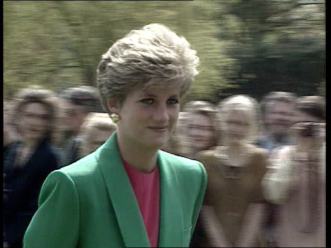 vidéos et rushes de part 5 spl0628 tears of a princess diana location unknown diana in green jacket walking camera pans left to right shakes hands with elderly man - princesse