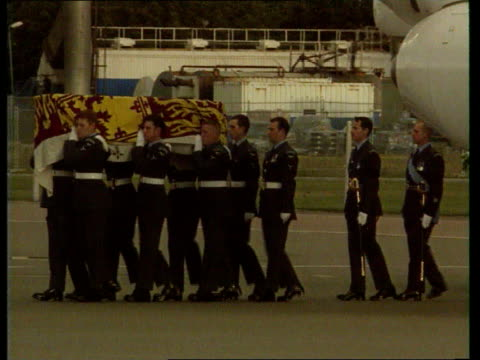 vídeos de stock e filmes b-roll de diana princess of wales compilation: part 2; 1997 england: body arrives home / coffin at northolt air base - montagem