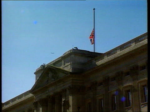 diana, princess of wales: first anniversary of death; lib buckingham palace: union flag over palace flying at half-mast following the death of the... - itvイブニングニュース点の映像素材/bロール