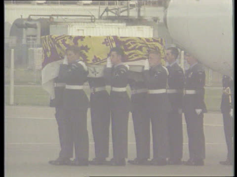 vidéos et rushes de first anniversary of death lib ext alastair campbell along france blair along and into building lib england london raf northolt coffin of princess... - royal air force