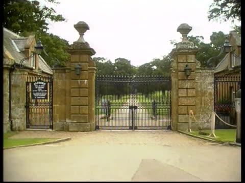 diana princess of wales: second anniversary of death; h)c5l: jon gilbert itn england: london: kensington palace: ext vox pops diana fans... - northamptonshire stock-videos und b-roll-filmmaterial