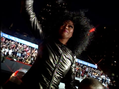 stockvideo's en b-roll-footage met diana ross and her family are attending the 1999 mtv video music awards - 1999