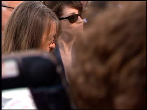 diane keaton at the 1997 academy awards arrivals at the shrine auditorium in los angeles, california on march 24, 1997. - oscarsgalan 1997 bildbanksvideor och videomaterial från bakom kulisserna