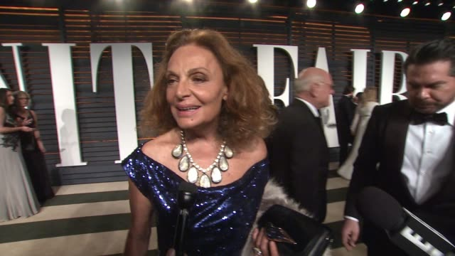 vídeos y material grabado en eventos de stock de interview diane von fürstenberg at the 2015 vanity fair oscar party hosted by graydon carter at wallis annenberg center for the performing arts on... - vanity fair oscar party
