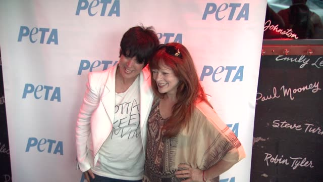vídeos y material grabado en eventos de stock de diane warren and frances fisher at peta's stand up for animals benefit at the comedy store on june 13 2012 in west hollywood california - diane warren