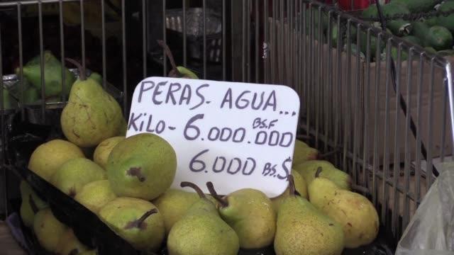 a diario los venezolanos pagan millones de bolivares para comprar frutas arroz o harina de maiz pero la mayoria de ellos no tienen un centavo y... - diario stock videos and b-roll footage