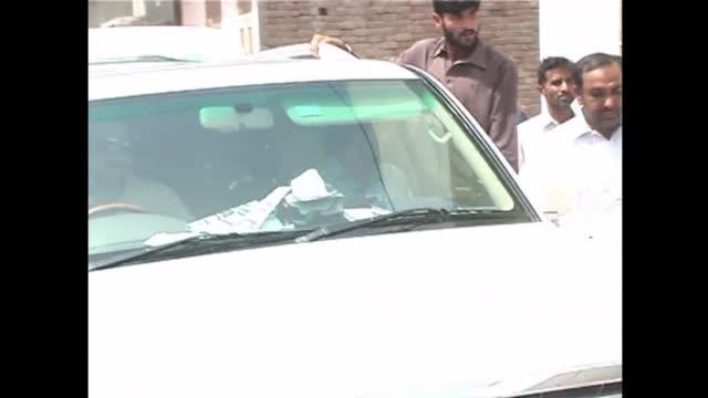 dias agitados antes de las elecciones que se celebraran el sabado en pakistan entre explosiones y el secuestro del hijo del exprimer ministro voiced... - multan stock videos and b-roll footage