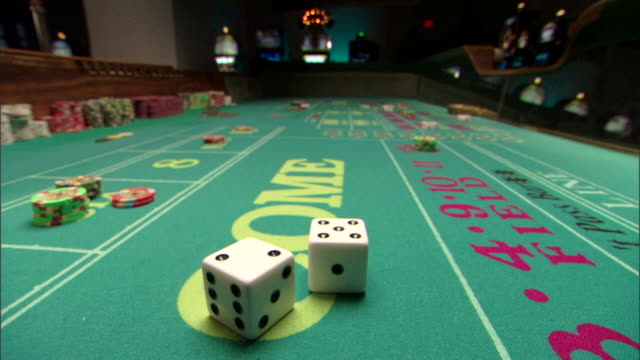 dice on craps table in casino - zahl 7 stock-videos und b-roll-filmmaterial