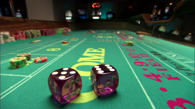 vídeos de stock e filmes b-roll de dice on craps table - sorte