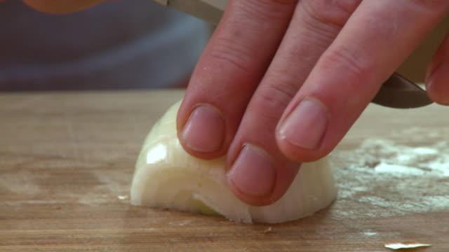 dicing white onion - zwiebel stock-videos und b-roll-filmmaterial