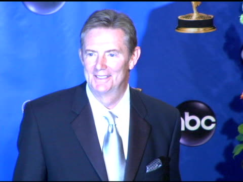 vidéos et rushes de dick askin chairman and ceo of the academy of television arts and sciences at the 2004 primetime emmy awards press room at the shrine auditorium in... - président d'organisation