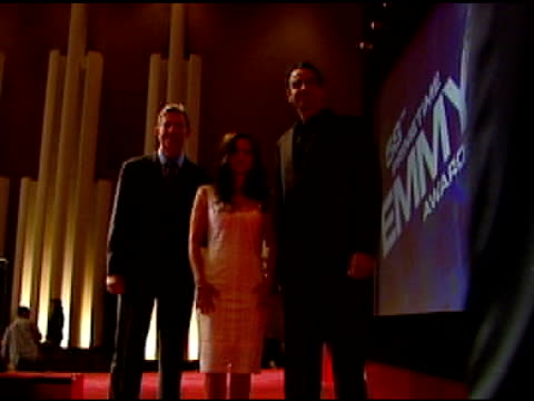 vidéos et rushes de dick askin, chairman and ceo of the academy of television arts and sciences, julia louis-dreyfus and brad garrett at the 2006 emmy awards nominations... - président d'organisation