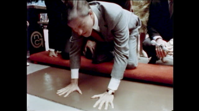 stockvideo's en b-roll-footage met dick van dyke footprints ceremony chinese theater hollywood - tcl chinese theatre