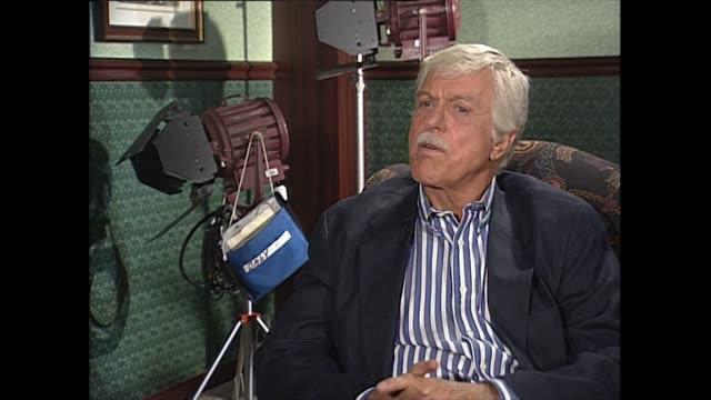 dick van dyke recalls how his career his showbusiness started as a mime artist and radio announcer. - mimare bildbanksvideor och videomaterial från bakom kulisserna
