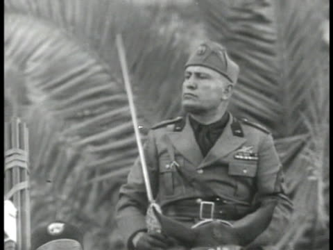 stockvideo's en b-roll-footage met dictator benito mussolini on horse raising sword ha xws large italian crowd cheering la ms mussolini on horse raising sword guards fiery rhetoric... - benito mussolini