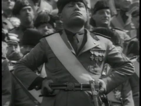 vídeos de stock, filmes e b-roll de dictator benito mussolini standing proud crowd bg ha xws italians cheering vs crowds waving flags fascist italy fascism - benito mussolini