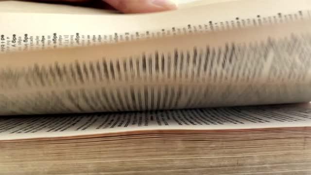 pagine del dizionario - girare video stock e b–roll