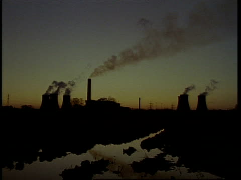 t/l didcot power station at sunset, steam from cooling towers - didcot stock videos and b-roll footage