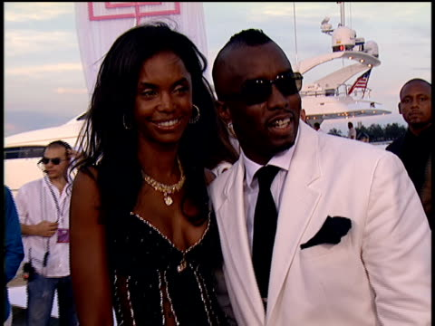 stockvideo's en b-roll-footage met diddy bruce willis mase and naomi campbell walking down the 2004 mtv video music awards red carpet and waving to the crowd members - naomi campbell