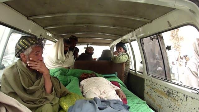 vídeos y material grabado en eventos de stock de dieciseis civiles afganos, entre ellos ninos y ancianos, murieron en la madrugada del domingo a manos de un soldado estadounidense que salio de... - llevar