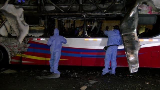 stockvideo's en b-roll-footage met diecisiete pasajeros entre ellos cuatro ninos murieron en el incendio de un autobus interprovincial dentro de una terminal ilegal de lima en una... - transporte