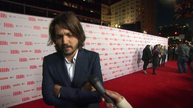 stockvideo's en b-roll-footage met diego luna on how serious this film is, on his favorite scenes, on will ferrell, on doing more comedy at casa de mi padre los angeles premiere on... - padre