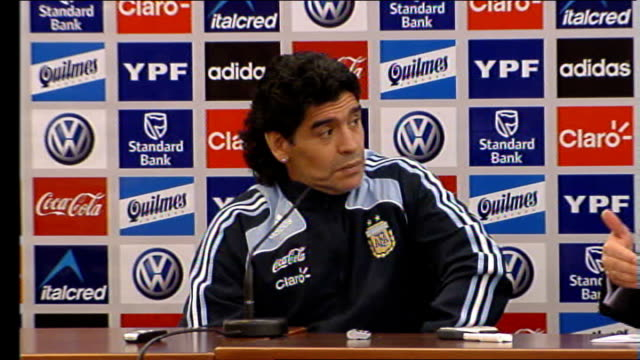 vidéos et rushes de diego maradona tells scotland that england should never have won the world cup; diego maradona press conference sot translated - reacts to threats... - angleterre