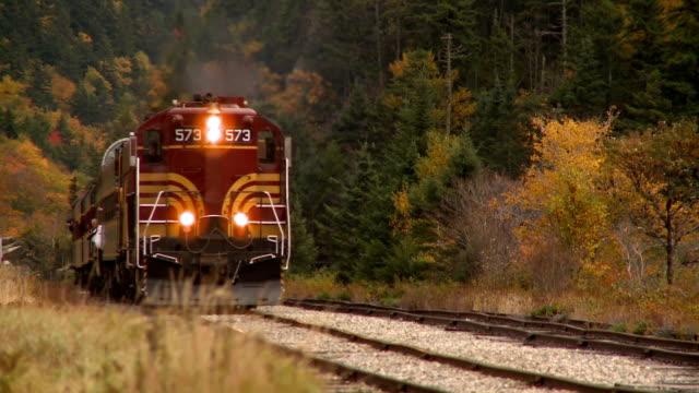 ms diesel engine 573 locomotive in autumn landscape, bartlett, new hampshire, usa - lokomotive stock-videos und b-roll-filmmaterial