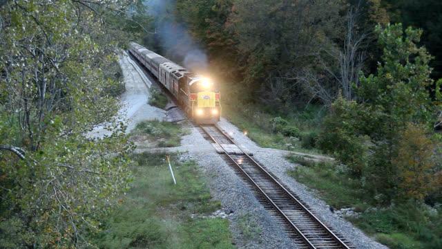 vídeos y material grabado en eventos de stock de diesel locomotive pulling train - estilo siglo xx
