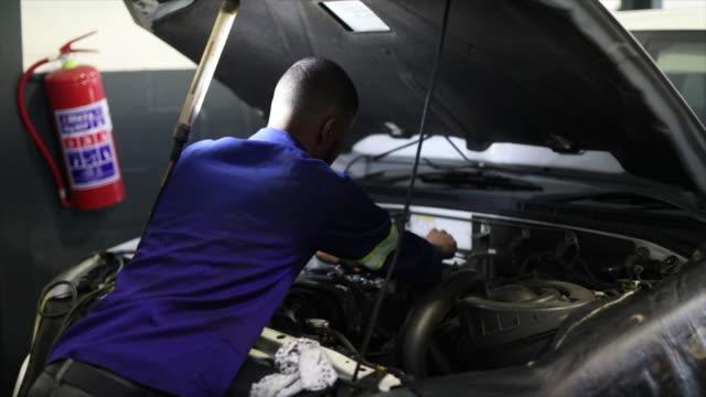 vídeos de stock, filmes e b-roll de técnico diesel trabalhando em um motor. - motor