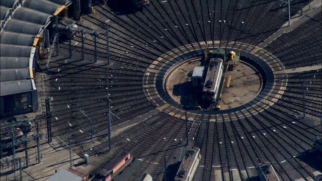 vídeos de stock, filmes e b-roll de diesel trem na plataforma giratória-vista aérea-ródano-alpes, rhône, arrondissement de lyon, frança - rhône alpes
