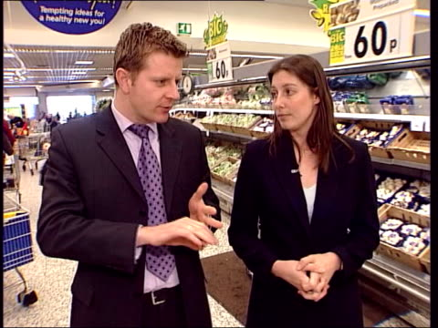 diet craze; itv evening news: chris ship england: hampshire: asda: int pumpkin put into supermarket trolley pack of oranges put into trolley bag of... - itv evening news stock-videos und b-roll-filmmaterial