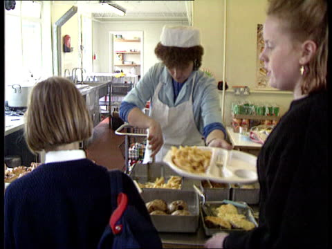 vídeos de stock, filmes e b-roll de banbury seq secondary school children getting food in canteen chips fried food canteen tcms dishes of bacon sausages as sausage taken tcs sausage put... - carne vermelha
