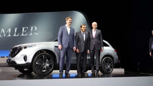 dieter zetsche , chairman of daimler ag, ola källenius , who will succeed zetsche and chairman of the supervisory board of daimler ag, manfred... - annual general meeting stock videos & royalty-free footage