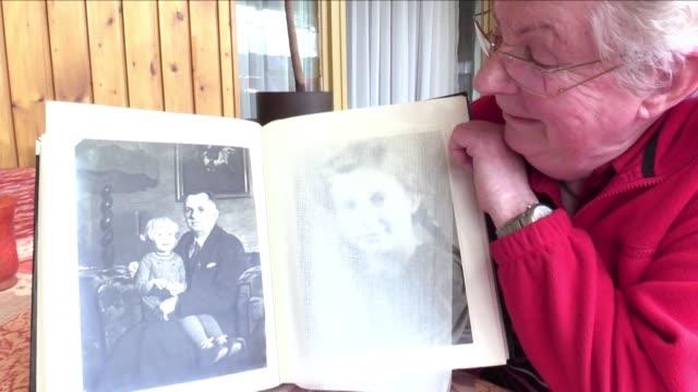 Diethild Heubel de 83 anos saca un valioso documento de su carpeta una vieja carta amarillenta escrita por su padre un soldado aleman capturado al...