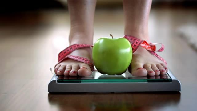 dolly hd: dieta - attrezzi da lavoro video stock e b–roll