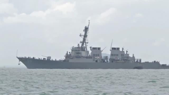 vídeos y material grabado en eventos de stock de diez marinos estadounidenses estaban desaparecidos y otros cinco resultaron heridos luego de que el destructor en el que viajaban colisionara con un... - ee.uu