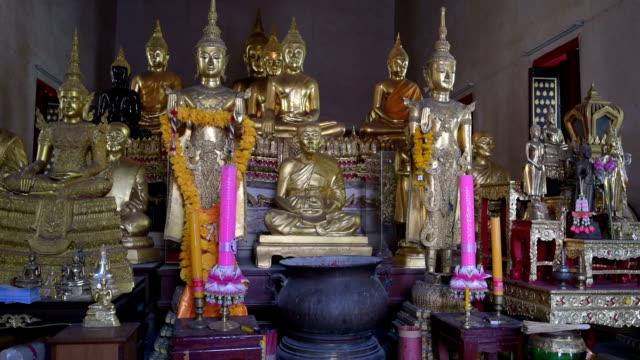 vídeos de stock e filmes b-roll de different buddha figures in temple - figura masculina