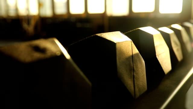 verschiedene hantel gewichte im fitness-center - trainingsraum wohnraum stock-videos und b-roll-filmmaterial