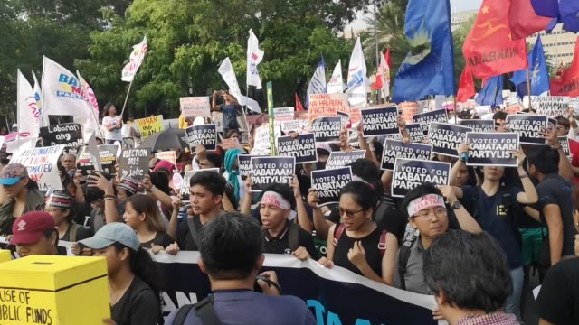 different militant groups headed by bagong alyansang makabayan protested in streets of manila on friday to question the results of the 2019 midterm... - fackförbund bildbanksvideor och videomaterial från bakom kulisserna